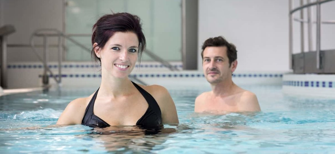 couple-piscine